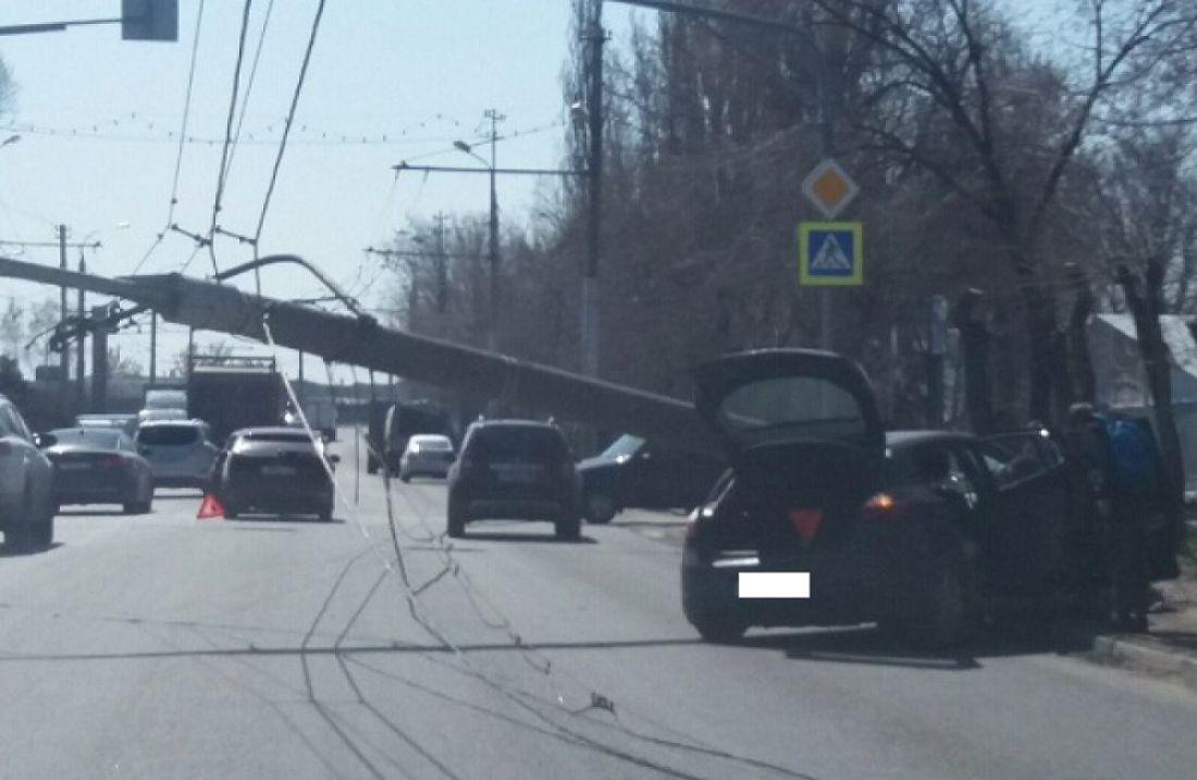 Появилось видео с места аварии в Пензе, где столкнулись три машины и на одну рухнул столб
