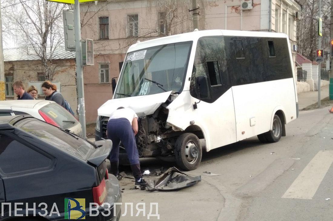 На перекрестке в центре Пензы маршрутка и иномарка устроили аварию