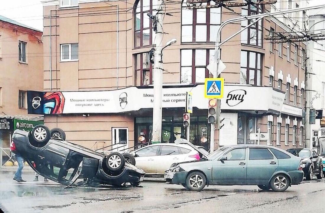 В центре Пензы после аварии перевернулся вверх дном автомобиль. Фото и видео